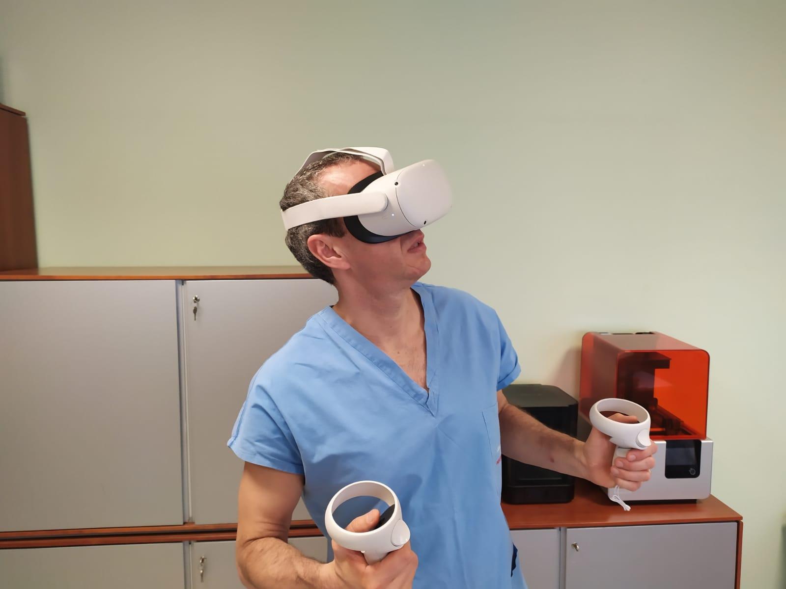 Prof.-Vladimiro-Vida-con-tecnologia-per-realta-virtuale.
