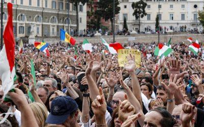 Protesta No green pass, violenze in centro a Roma. Circa 10 mila persone in piazza.